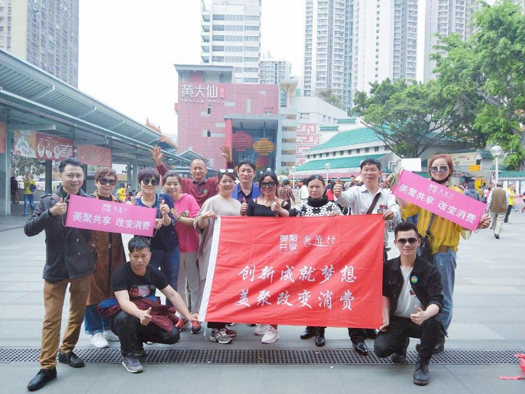 【香港第一站~黄大仙庙】😍 😍 帅哥美女一起玩,墨镜耍帅美美哒酷酷哒😄 😄