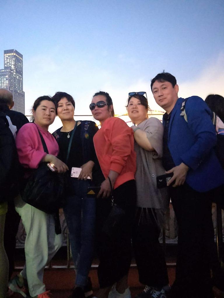 【香港第四站~维多利亚海港】在游轮上吃完晚饭后,吹吹海风,拍照照😘 😘 不亦乐乎?